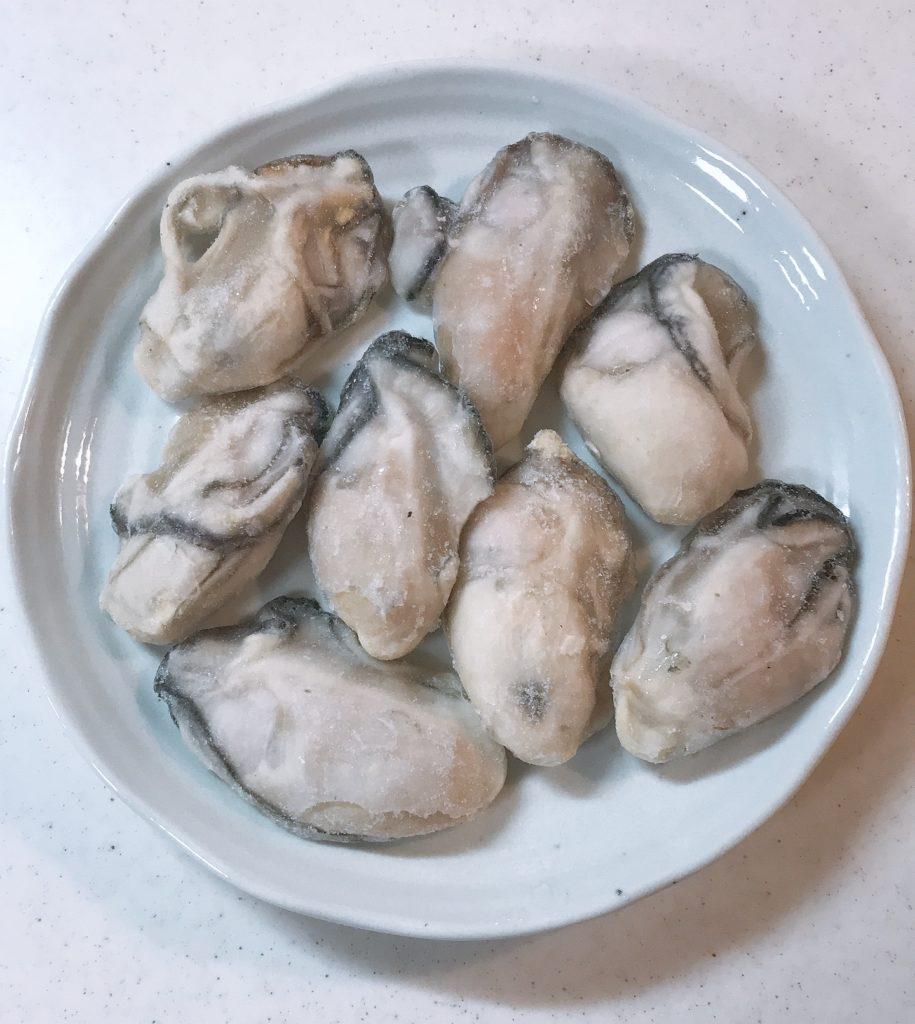 冷凍の状態の牡蠣をお皿に出した画像