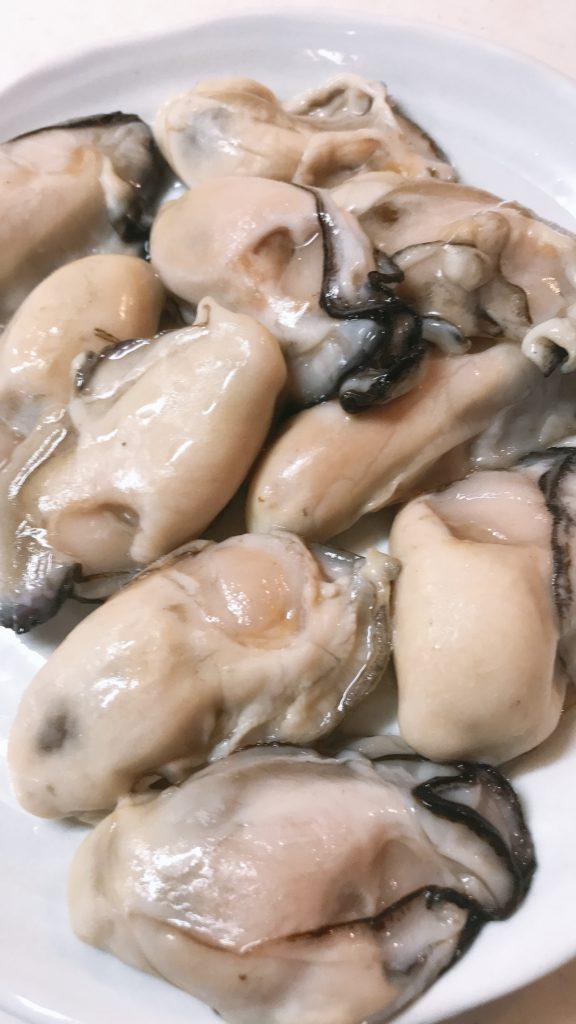 冷凍の牡蠣を流水解凍し状態の画像
