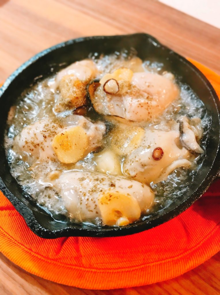 アツアツの牡蠣のアヒージョの画像