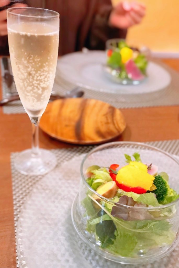 サラダとシャンパンの画像