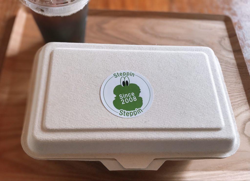 箱に入ったハンバーガーの画像