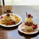苺プリンとフルーツパンケーキの画像
